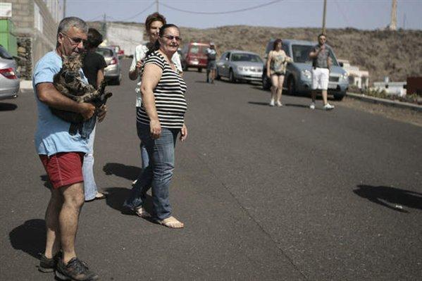 20111022112856-espana-el-hierro-erupcion-la-alerta-volcanica-pasa-a-rojo-en-la-restinga-y-sus-vecinos-seran-evacuados-00-599x0.jpg