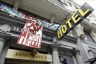 20111128193933-crisis-protestas-el-movimiento-15-m-abre-las-puertas-del-abandonado-y-ahora-ocupado-hotel-madrid599x0.jpg