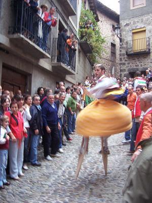 20140303122440-450px-danzadores-de-zancos-bajando-la-cuesta-de-los-danzadores-en-anguiano.jpg